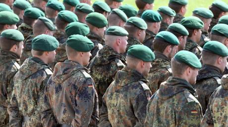 Ausnahmeregelung für Soldaten: Deren Haare und Bärte müssten auch in Pandemiezeiten korrekt sein, sagt ein Sprecher des Bundesverteidigungsministeriums.