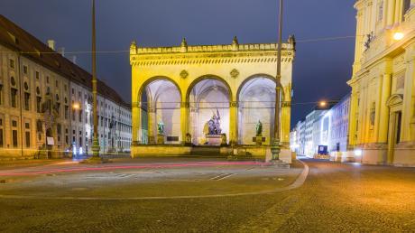 München während einer Ausgangssperre: Der Odeonsplatz im Zentrum der Stadt war am Abend menschenleer. Mittlerweile gilt die Ausgangssperre nur noch in Hotspots.