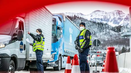 Hunderte Kontrollen hat die Bundespolizei allein am Montag am Grenztunnel bei Füssen durchgeführt. Der Verkehr staute sich entsprechend, teils gab es lange Wartezeiten.