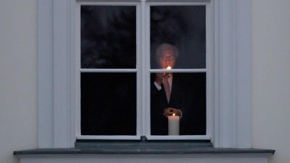 Bundespräsident Frank-Walter Steinmeier hatte zuletzt dazu aufgerufen, ein Licht ins Fenster zu stellen, um der Corona-Toten zu gedenken.