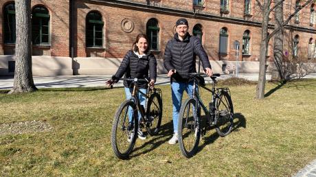 """Sophia Schlederer und Patrick Langhorst starten im Mai eine Radreise von München nach Singapur, um Spenden für ihr Projekt """"Home for Koalas"""" einzubringen."""