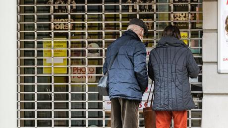 Passanten stehen in Regensburg vor einem geschlossenen Geschäft: Aufgrund gestiegener Inzidenzwerte müssen aktuell 39 Landkreise beziehungsweise kreisfreie Städte in Bayern die Corona-Notbremse ziehen. Viele Ladengeschäfte mit Kundenverkehr müssen deshalb erneut schließen. Auch Teile des Allgäus sind betroffen.