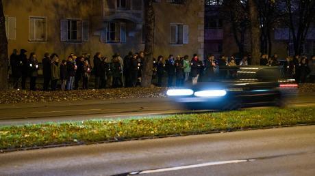 Menschen stehen wenige Tage nach der Tat mit Kerzen bei einer Mahnwache an der Fürstenrieder Straße. Ein Raser hatte dort einen Jugendlichen im November 2019 mit seinem Auto erfasst.