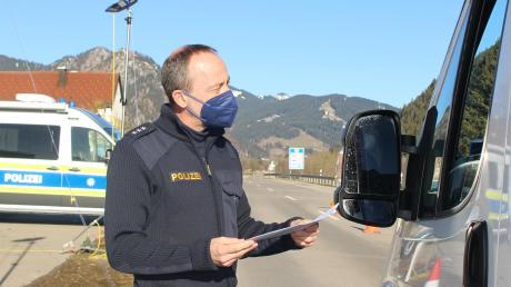 Die Polizei führt Kontrollen am Grenzübergang durch. Pendler aus Österreich müssen einen negativen Corona-Test, eine Einreiseanmeldung und eine Bestätigung des Arbeitgebers haben.
