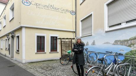 """Die Stadt Würzburg hat auf der bisherigen Freisitzfläche der Pizzeria """"Capri & Blaue Grotte"""" einen Fahrradständer festgeschraubt. Der könnte nun fatale Folgen haben."""