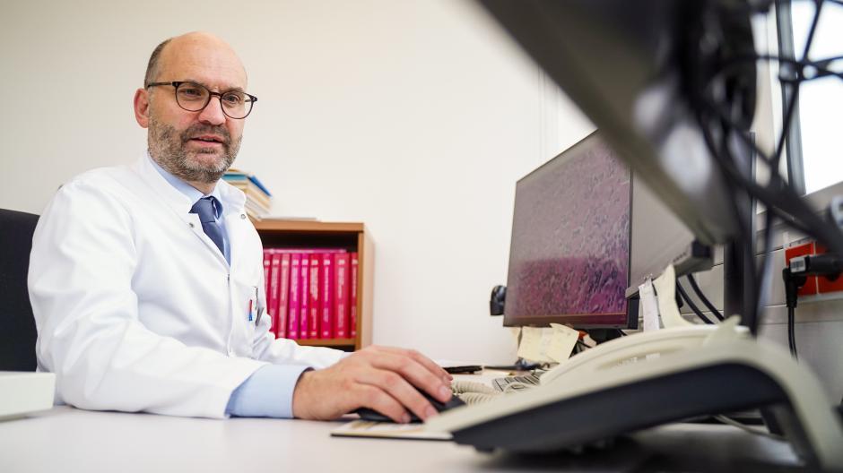 Der Pathologe Professor Dr. Bruno Märkl beschäftigt sich seit Monaten mit den Lungenveränderungen von verstorbenen Covid-19-Patienten.