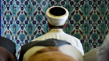 Imame sind die Vorbeter muslimischer Gemeinden. Etwa 2600 gibt es in Deutschland.