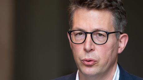 Markus Blume studierte Politikwissenschaften, arbeitete danach unter anderem als Unternehmensberater. Seit 2008 sitzt er im Landtag.