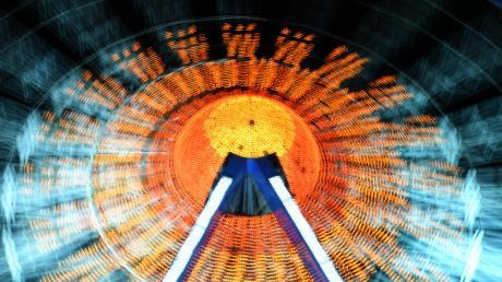 In der Dunkelheit leuchtend und blinkend. So kennt man das Riesenrad bei Nacht, das zur Wiesn üblicherweise auf der Theresienwiese steht.