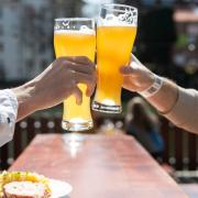 In bayerischen Regionen mit niedriger Inzidenz darf die Außengastronomie seit diesem Montag wieder öffnen. Die Gäste müssen sich dabei allerdings an einige Corona-Regeln halten.