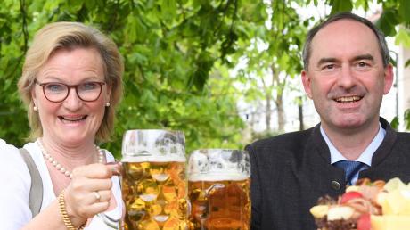 Angela Inselkammer und Hubert Aiwanger im Biergarten in Kaufering.