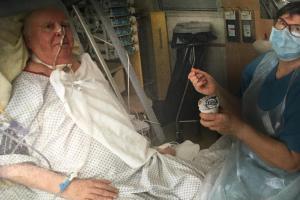 Günther Friemel lag nach seinem Covid-Zusammenbruch elf Wochen im Koma. Er hat sich ins Leben zurückgekämpft. Vieles muss er nach der Erkrankung wieder lernen: auch Schlucken und Essen.