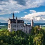 Schloss Neuschwanstein im Ostallgäu ist die bekannteste Sehenswürdigkeit Schwabens – und aktuell nur aus der Ferne zu bewundern.