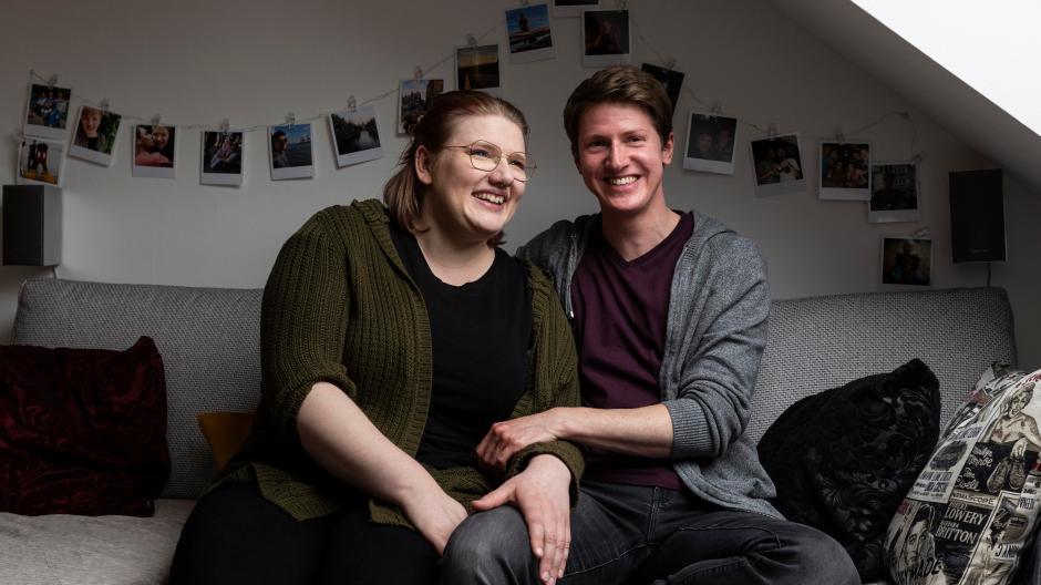 Amelie und Jan in ihrer gemeinsamen Wohnung in Ingolstadt. Der 33-Jährige wurde als Frau geboren und entschied sich für eine Transition zum Mann – mit Hormontherapie und zwei Operationen.