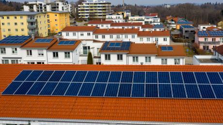 Glauber schlägt eine Photovoltaik-Pflicht für staatliche Gebäude und für Neubauten vor – hier sieht man Häuser in Kempten.