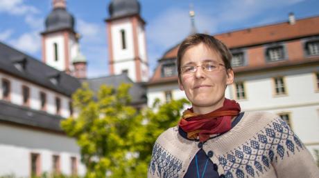 Schwester Juliana vor der Klosterkirche St. Michael.