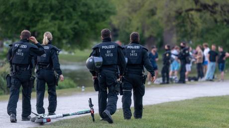 Anfang Mai gerieten Polizisten bei einer Kontrolle im Englischen Garten in München unversehens in einen Hagel leerer Flaschen. 19 Beamte wurden verletzt. Seitdem zeigt die Polizei deutlich mehr Präsenz in dem Park. Auch die Innenpolitiker im Landtag wollen jetzt gegen die Gewaltausbrüche vorgehen.