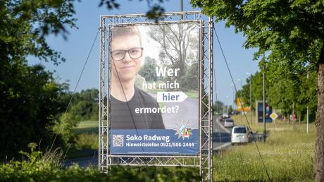 Mit diesem ungewöhnlichen Plakat macht die Polizei in Bayreuth auf einen Mordfall aufmerksam. Ein 24-Jähriger wurde im vergangenen Jahr tot neben einem Radweg aufgefunden. Er soll erstochen worden sein.