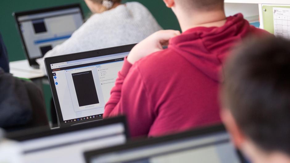 Bayerns Schulen sollen 2028 eine einheitliche Verwaltungssoftware bekommen.