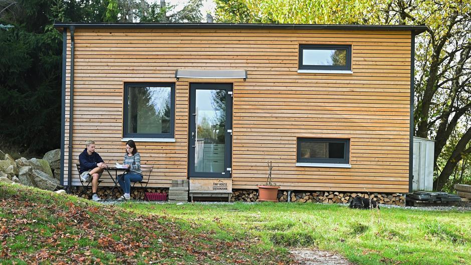 Nur wenige Meter lang und breit. Ein sogenanntes Tiny House ist tatsächlich winzig im Vergleich zu einem klassischen Einfamilienhaus.