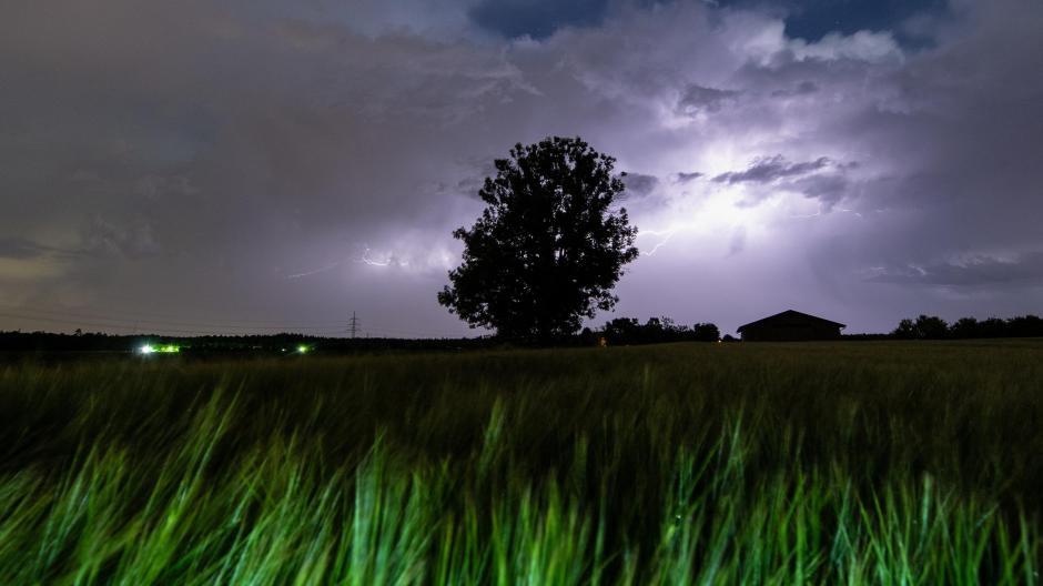 Blitze, Donner, Hagel und Starkregen. So sehen die Nächte seit vergangenem Sonntag fast überall in Bayern aus. Schuld ist das Tief Volker – es bringt feuchte und warme Luftmassen aus dem Mittelmeerraum in den Süden Deutschlands.
