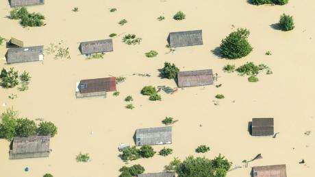 Im Hochwasser versunkene Häuser nahe Deggendorf: Die Flutpolder entlang der Donau sollen verhindern, dass sich Ähnliches wie 2013 in Zukunft noch einmal ereignet.