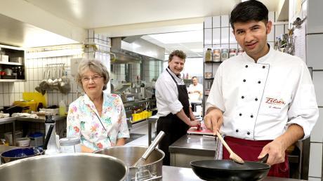 Ahmad (rechts) gehörte zu den 69 Afghanen, die 2018 abgeschoben wurden. Heute lernt er im Hotel Filser in Oberstdorf Koch. Seniorchefin Helga Filser-Nußbickel, aber auch Küchenchef Michael Voll sind sehr zufrieden mit ihm. In der Küche wird im Übrigen selbstverständlich mit Maske gearbeitet, nur fürs Foto wurde sie kurz abgenommen.