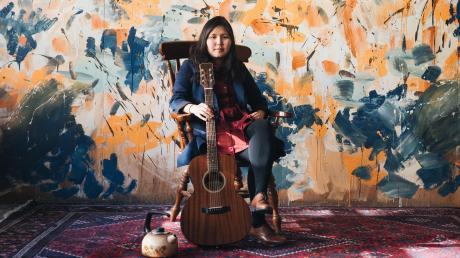 Sarul Dubiel alias Sara Teamusician packt ihre Geschichte in Songs.