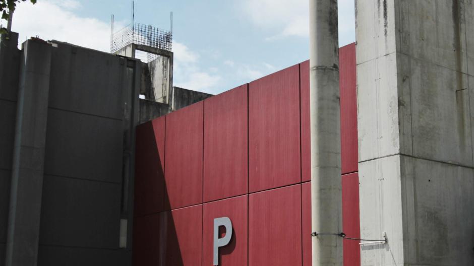 Bauruine: Das Parkhaus an der Augsburger Kongresshalle. Der Felsbrocken, mit dem die Einfahrt verhindert werden sollte, liegt immer noch.