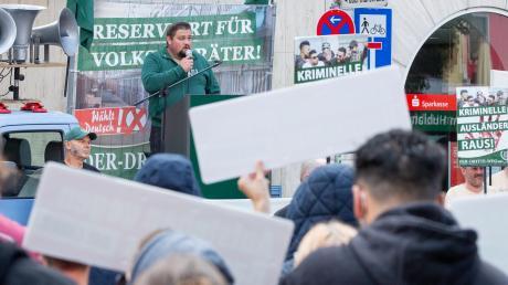 """Dem guten Dutzend Aktivisten der rechtsextremen Partei """"Der III. Weg"""" stellten sich am Samstag in Würzburg rund 300 Gegendemonstranten entgegen."""
