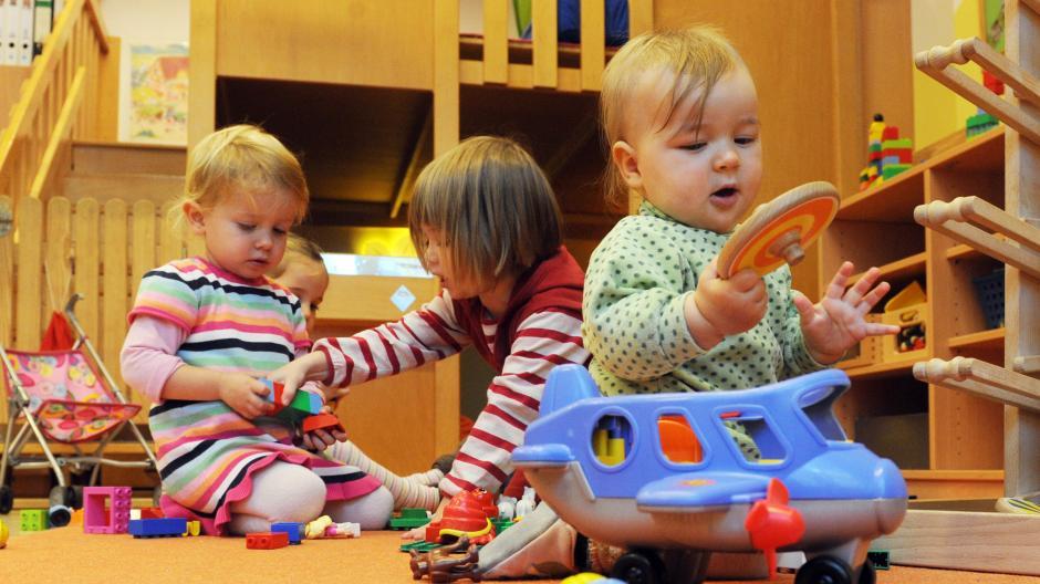 Wer hat wann mit wem gespielt? Das ist künftig wichtig, denn nun noch die direkten Spielgefährten von infizierten Kindern müssen in Quarantäne.