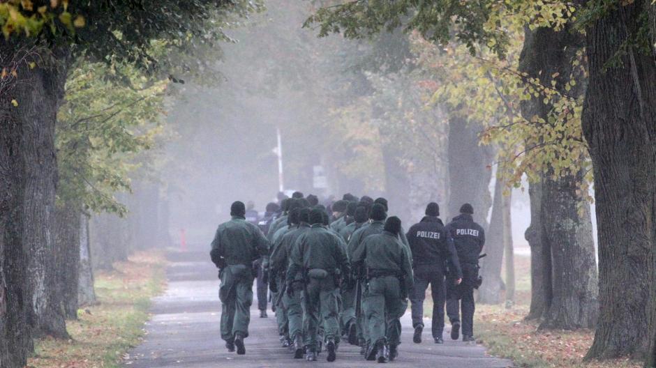 Spurensuche im Nebel: Am 28. Oktober 2011 wurde der Polizist Mathias Vieth in Augsburg erschossen, nach einer Verfolgungsjagd vom Kuhsee über das Hochablass-Wehr bis in den Stadtwald.