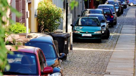 Parken, wie hier in der Kirchgasse, ist nur mit einem Anwohnerparkausweis möglich. Die SPD möchte das Bewohnerparken auf Stadtteile ausdehnen.