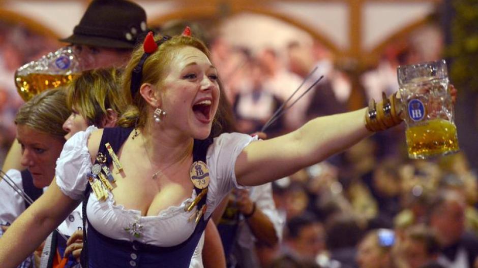 Endlich-frei-Bedienungen-feiern-den-traditionellen-Kehraus-im-Hofbraeu-Festzelt-und-beschliessen-damit-ihre-arbeitsreiche-Zeit-auf-dem-Oktoberfest.jpg