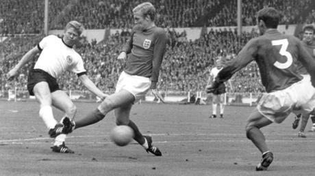 Unvergesslich: das dramatischste WM-Finale aller Zeiten. Deutschland verliert 1966 durch das umstrittene Wembley-Tor mit 2:4 nach Verlängerung. In dieser Szene trifft Helmut Haller zur 1:0-Führung.
