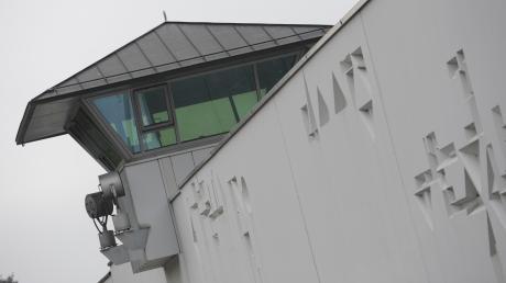 Ein Wachturm der Justizvollzugsanstalt Stadelheim in München, aus der am Dienstag ein 24-jähriger Häftling ausgebrochen ist.