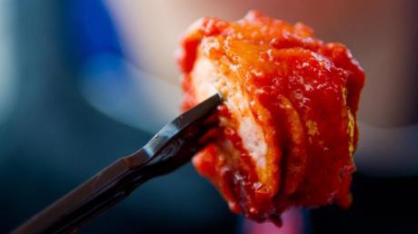 Keine leichte Kost: Eine Currywurst hat rund 400 Kalorien - fast so viel wie eine 100-Gramm-Tafel Vollmilchschokolade. Foto: Daniel Bockwoldt
