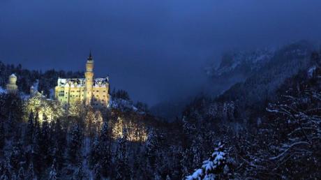 In schneebedeckter Landschaft steht das Schloss Neuschwanstein bei Hohenschwangau zur blauen Stunde. Foto: Karl-Josef Hildenbrand