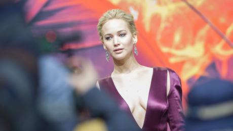 """Jennifer Lawrence als Katniss Everdeen in """"Die Tribute von Panem – Mockingjay Teil 1"""". Hier alle Infos zu Handlung, Schauspielern, Besetzung und Kritik."""