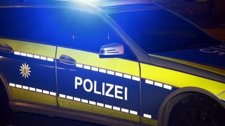 Ein aufmerksamer Zeuge meldete in der Nacht zum Sonntag eine Gruppe grölender Jugendlicher am Bahnhof in Westheim. Zudem wurde ein Streugutbehälter beschmiert.