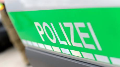 Ein 18-Jähriger und ein 19-Jährigen aus Augsburg kletterten alkoholisiert einen Schornstein in Haunstetten hinauf.