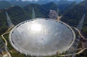 James Bond lässt grüßen. Das FAST-Observatorium in der chinesischen Provinz Guizhou ist ein Radioteleskop mit über 500 Meter Durchmesser. Das Teleskop wird Strahlung aus den Tiefen des Alls aufzeichnen. Vor allem von der Beobachtung von Pulsaren, Supernovae und anderen astronomischen Phänomenen versprechen sich Wissenschaftler neue Erkenntnisse über das Universum.