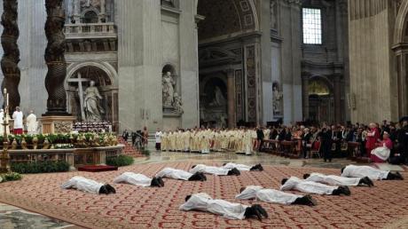 Priesterweihe: Zehn Männer werden vom Papst in der St. Peter-Basilika im Vatikan zum Priester geweiht. Foto: Andrew Medichini