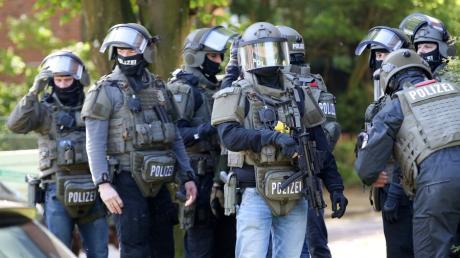 Ein Mitglied des Mobilen Einsatzkommandos MEK der Polizei in Augsburg soll bei einem Schießtraining Munition unterschlagen haben. Nun überprüft das LKA auch, ob weitere Beamte ähnlich handelten.