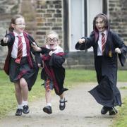 Harry-Potter-Weltrekord: Wie diese drei haben sich insgesamt 676 Schüler aus elf britischen Grundschulen als Harry Potter verkleidet, um einen Weltrekord im Guiness Buch der Rekorde zu brechen. Foto: Danny Lawson