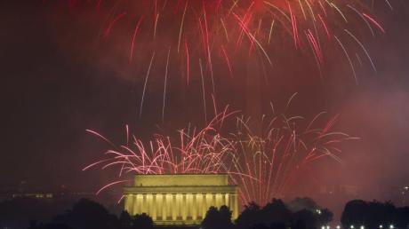 Independence Day am 4. Juli: Ein großes Feuerwerk erleuchtet den Himmel über dem Lincoln Memorial anlässlich der Feierlichkeiten zum Unabhängigkeitstag der USA.