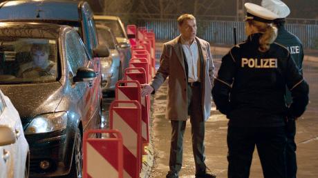 """Thorsten Lannert (Richy Müller) braucht für die Ermittlung die Unterstützung der Schutzpolizei. Szene aus dem Stuttgart-Tatort """"Stau"""", der als Wiederholung heute im Ersten läuft."""