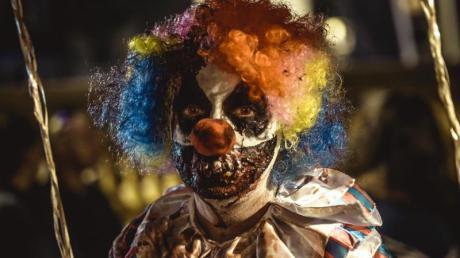 """Schaurig: Beim """"Zombie Walk 2017"""" im spanischen Sitges zeigt sich ein Teilnehmer im Clownskostüm. Foto: Matthias Oesterle"""