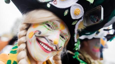 Gehäkelte Spiegeleier am Hut: Eine Jeckin feiert auf dem Heumarkt in Köln den Beginn der Karnevalssaison. Foto: Rolf Vennenbernd