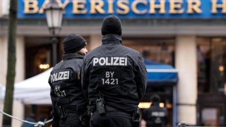 Polizisten stehen vor dem Hotel Bayerischer Hof, in dem die Münchner Sicherheitskonferenz stattfindet.